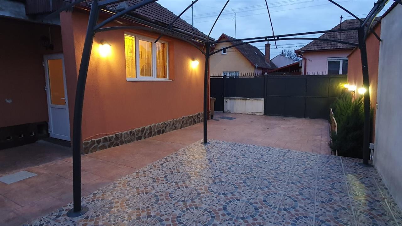 Casa cu 2 camere singur in curte in Piata Cluj