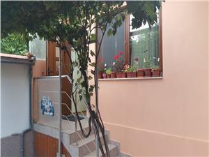 Casa de vanzare singur in curte zona Lupeni